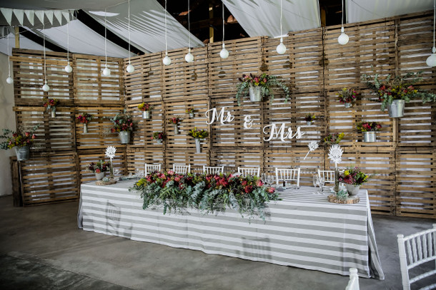 From martine amp bruno s proteas amp pallets rustic wedding