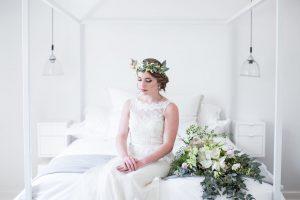 Bride with greenery headpiece | Image: JCclick