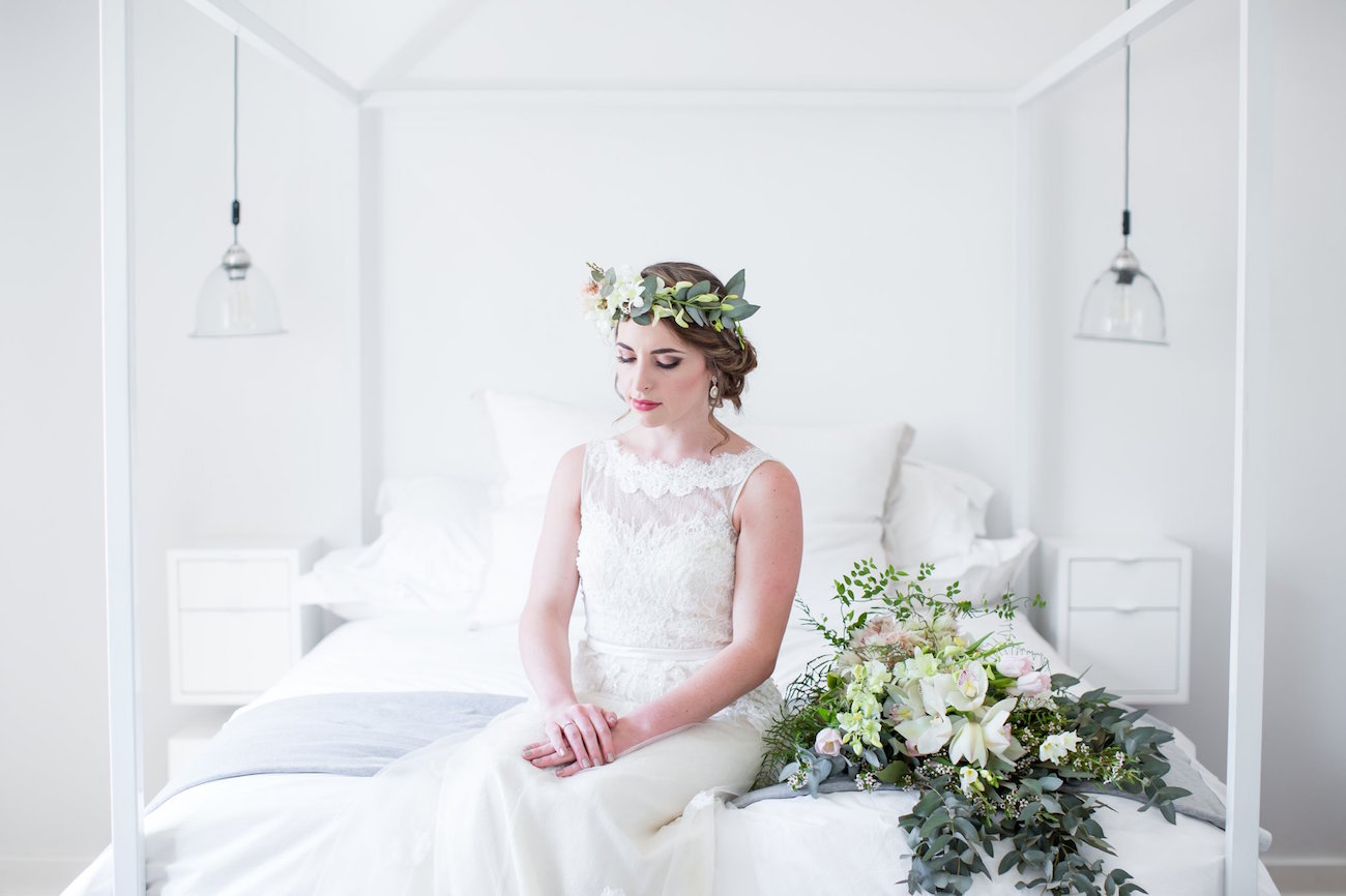 Bride with greenery headpiece | Image: JCclick