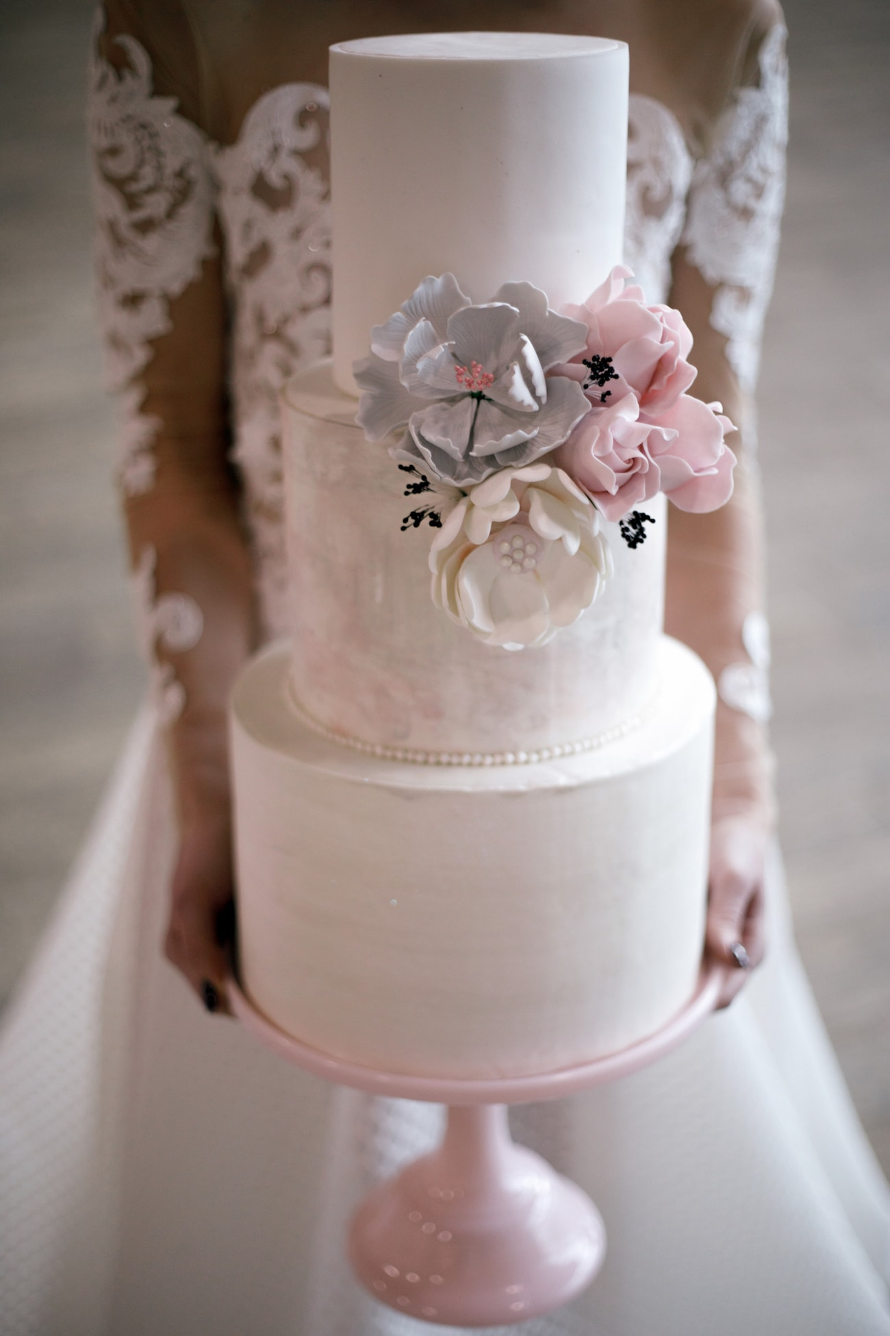 Pastel Wedding Cake with Sugar Flowers | Credit: Jessica Notelo (30)