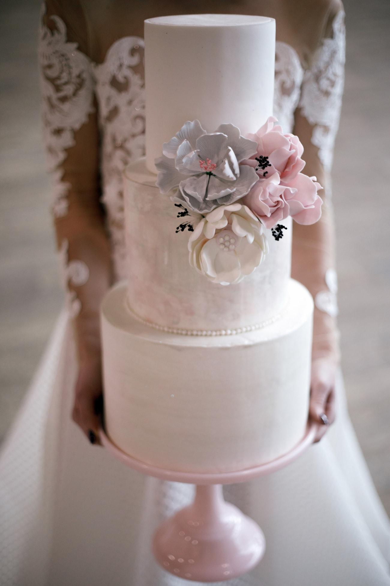 Pastel Wedding Cake with Sugar Flowers | Credit: Jessica Notelo (30)