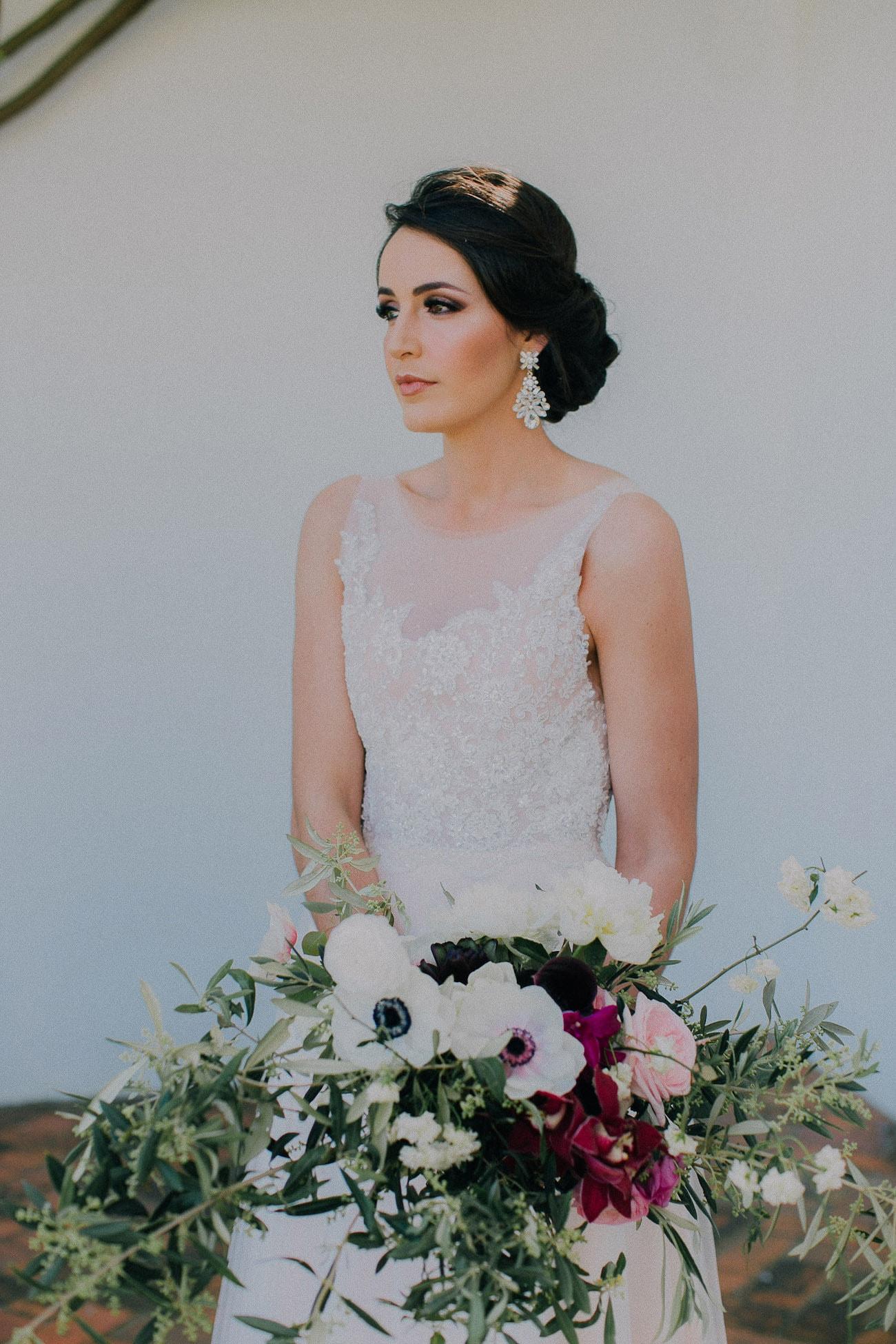 Brunette Bride with Organic Bouquet | Image: Michelle du Toit