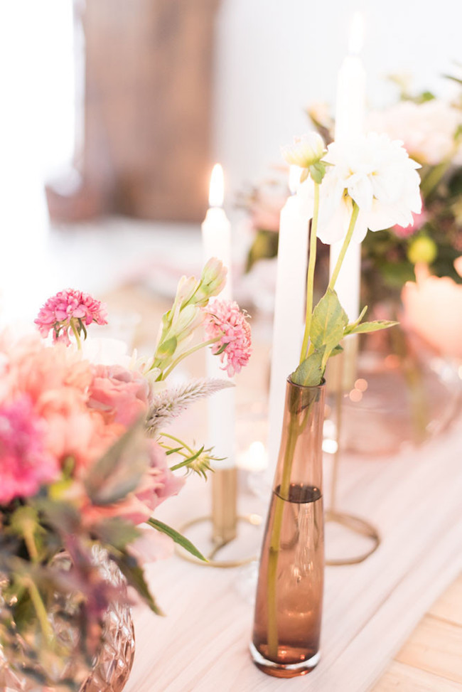 Candle & Bud Vase Centerpiece | Image: Cara Faye Weddings