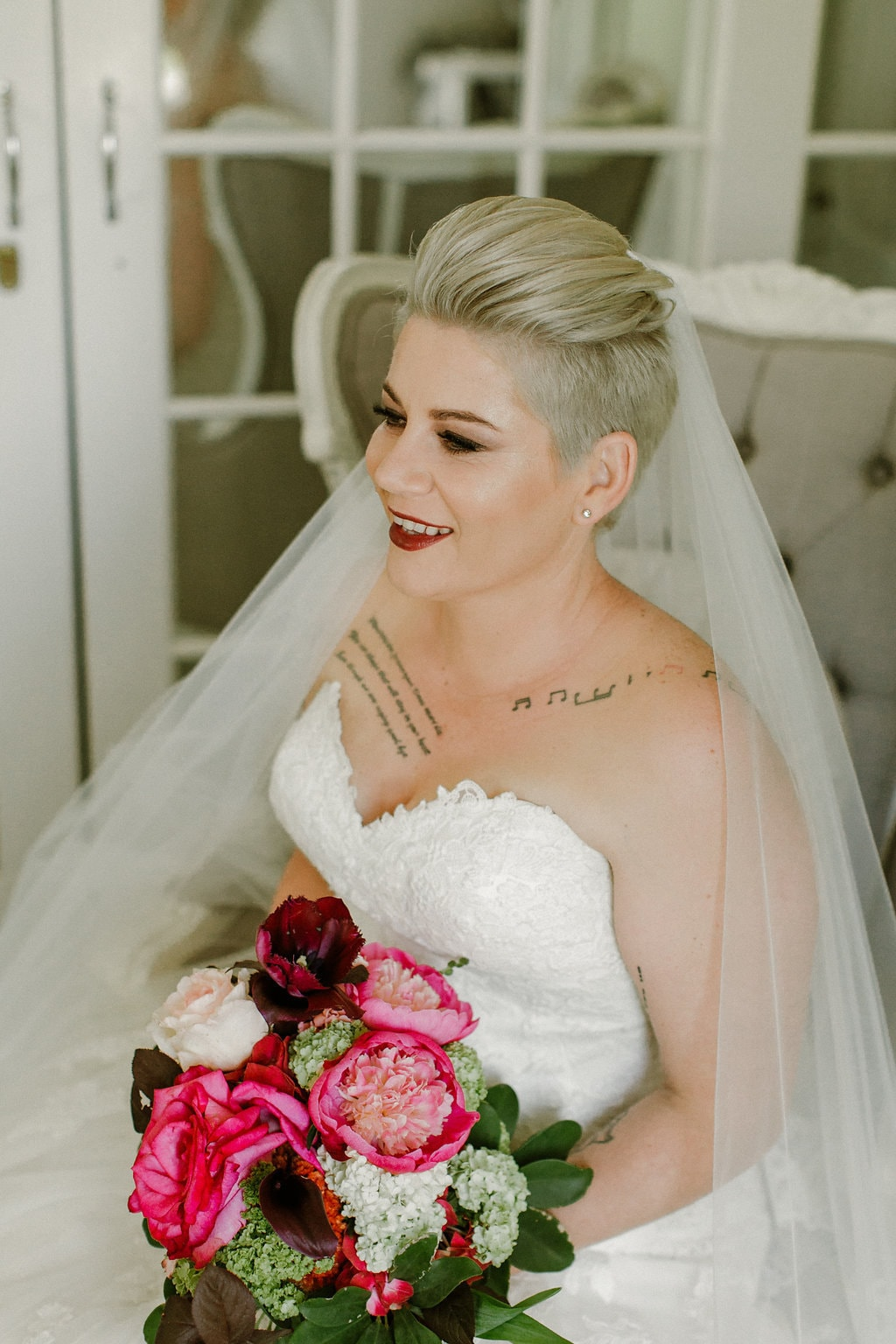 Bride in Sweetheart Neck Gown with Veil & Bold Bouquet | Image: Jenni Elizabeth